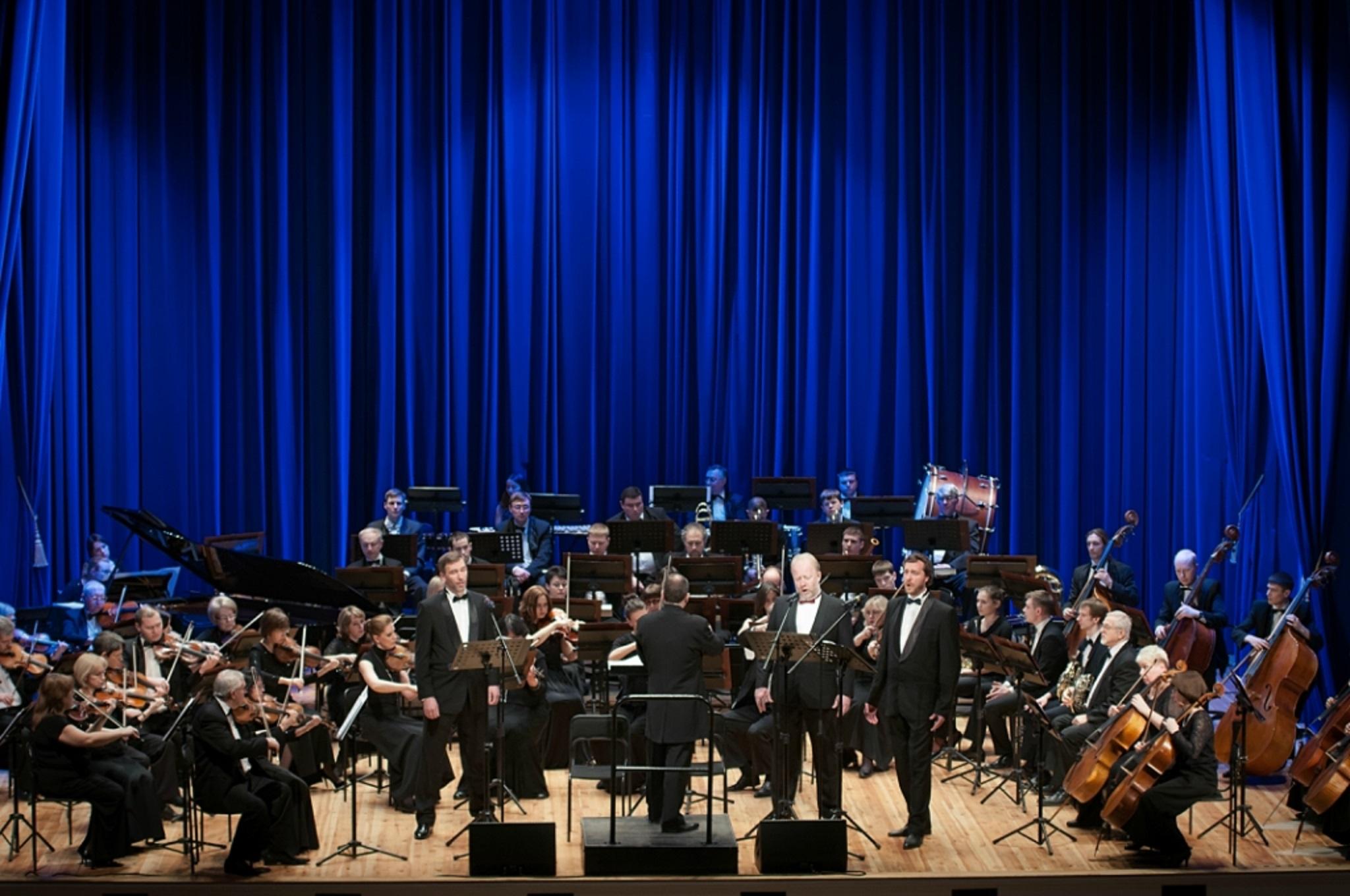 Три баса-профундо в сопровождении симфонического оркестра