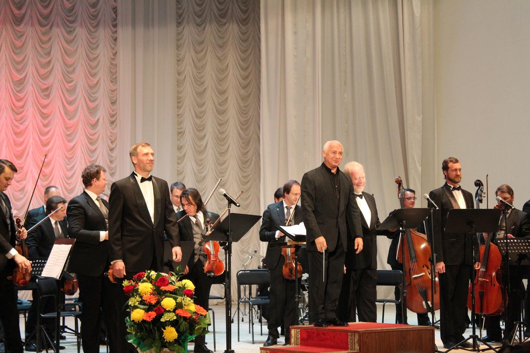 Три баса-профундо в сопровождении камерного оркестра